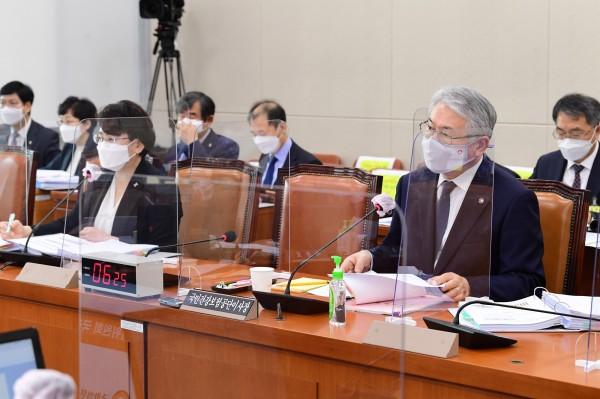 김선민 원장(왼쪽)과 김용익 이사장(국회 전문기자협의회 사진 제공)