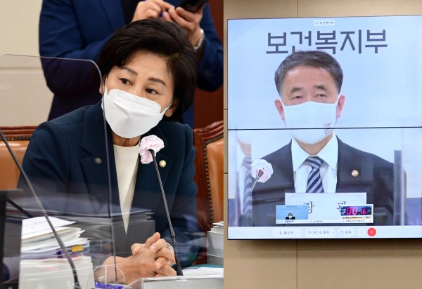 남인순 위원(왼쪽)과 박능후 장관(국회 전문기자협의회 사진 제공)