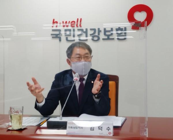 김덕수 건보공단 기획상임이사가 간담회에서 발언하고 있다.(보건전문출입기자협의회 제공)