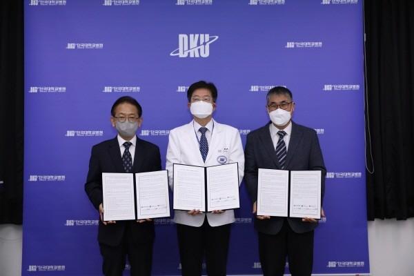 왼쪽부터 이덕형 한국공공조직은행장, 김재일 단국대학교병원장, 조신행 국립장기조직혈액관리원장.
