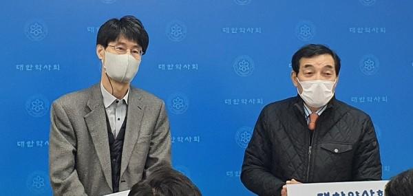 장춘곤 상임이사와 박영인 원장(오른쪽)이 약평원 재단법인 설립 1주년을 맞이한 소회를 밝히며, 앞으로의 사업 계획을 설명하고 있다.