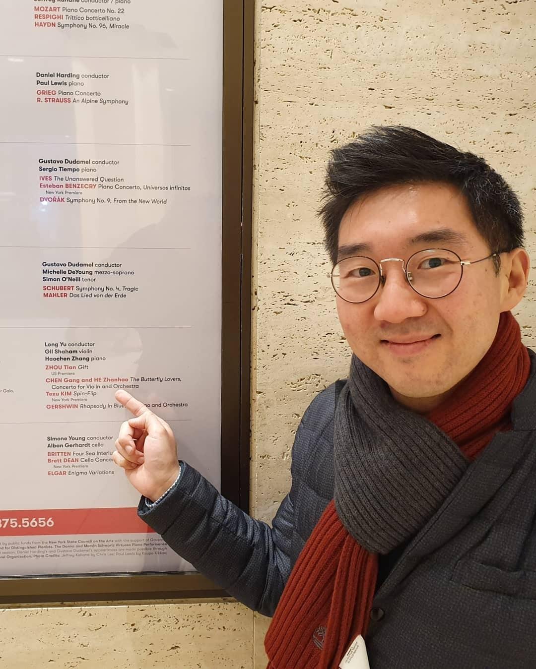 링컨센터를 방문한  자리에서 자신의 곡 홍보포스터를  보고 반가워하는  김택수 작곡가.