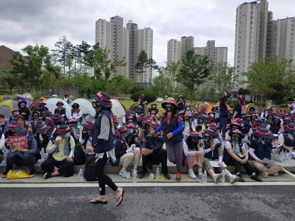 고객센터 노조 직원들이 15일 공단 정문 앞에서 직영화를 요구하며 시위하고 있다.