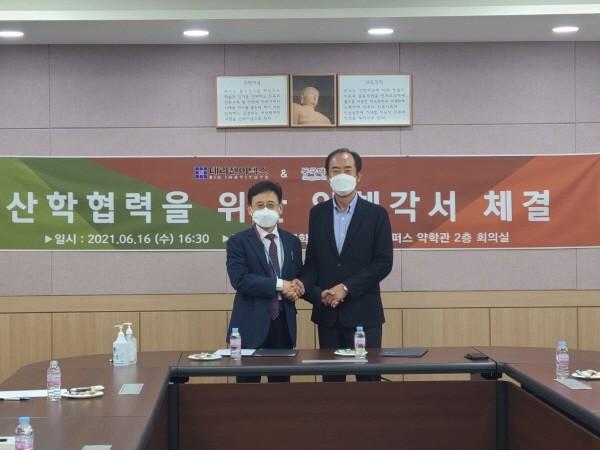 오른쪽부터 류병환 테라젠이텍스 대표와 김상건 동국대약대 학장.