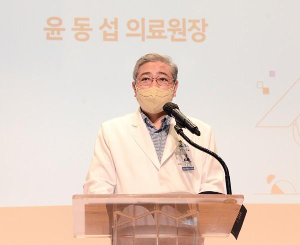 윤동섭 연세의료원장이 '세브란스 HR 이노베이션 심포지엄 2021'에서 인사말을 전하고 있다