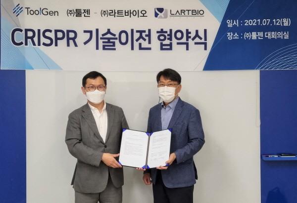 오른쪽부터 툴젠 김영호 대표이사와 라트바이오 장구 대표이사.(사진 제공 : 툴젠)