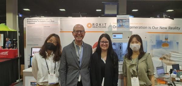 좌측부터 로킷헬스케어 이다예 직원, 국제당뇨발학회장 암스트롱 교수팀, 로킷헬스케어 윤선영 직원