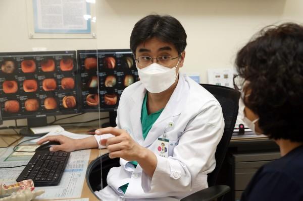 [사진] 박상형 서울아산병원 소화기내과 교수가 염증성 장질환 환자를 진료하고 있다.JPG