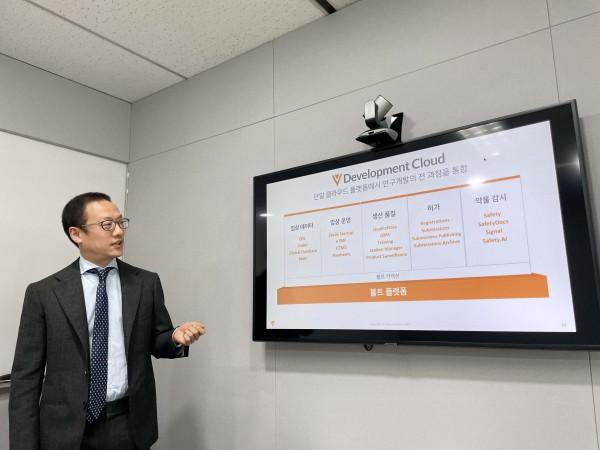 비바 시스템즈 신은호 상무가 단일 플랫폼의 연구과정에 대해서 설명하고 있다.
