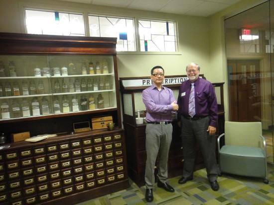 임성락 약사(왼쪽)와 버틀러 약대 Bruce D. Clayton 교수
