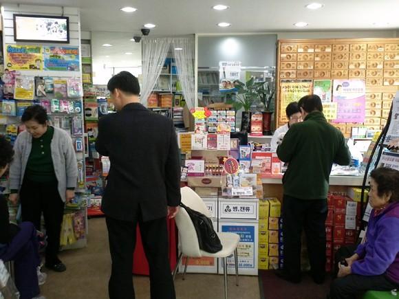 성남 산성동 주택가에서 동네약국을 운영하는 강봉주 약국장