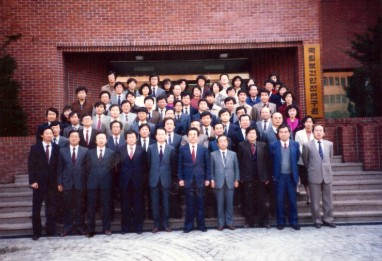1989.3 국립보건안전연구원 개원 1주년 기념사진(앞줄 오른쪽에서 5번째가 필자) 이 연구진들이 연구원이 발족한 첫해에 국내에서 최초로 각종 독성시험과 의약품의 생물학적동등성시험을 수행하였다