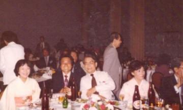 1980.8월 일본 도쿄에서 열린  FAPA 회의에 참석 폐회식장에서 홍문화 교수님과 자리를 함께한 필자