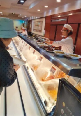 주문식단제를 실시하면서 한 방안으로 뷔폐식단과 자율식단을 권장하였고 이때부터 모범적으로 운영하는 한식식당들이 늘어났다.   2018.3.14 필자가 촬영한 죽전휴게소 한식자율식당