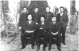 경성약전 교수 및 문예부 학생들과 함께 한 조희순 교수(1932년 경, 아랫줄 맨 왼쪽)