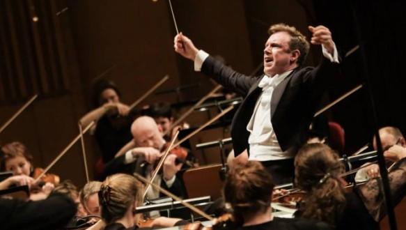 스웨덴 라디오 심포니 오케스트라를 지휘하고 있는 다니엘 하딩 (사진: Arne Hyckenberg, 출처: Financial Times)